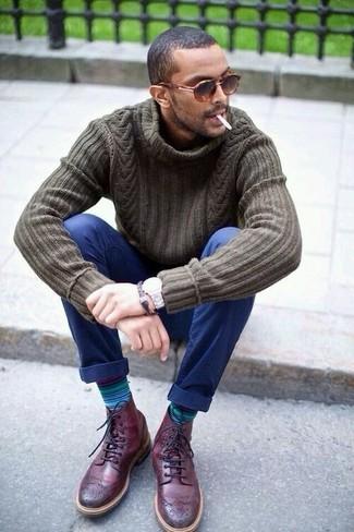 Cómo combinar: gafas de sol de leopardo marrónes, botas brogue de cuero burdeos, pantalón chino azul marino, jersey de cuello alto de punto verde oliva
