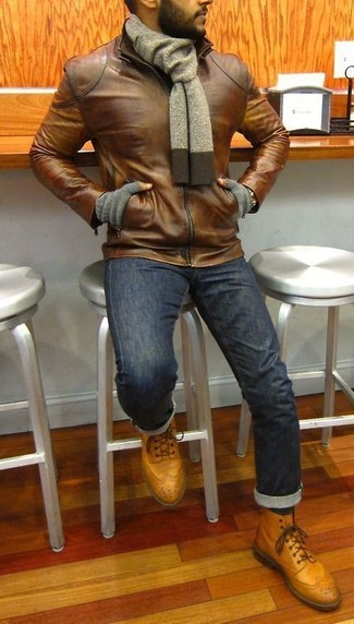 Cómo combinar: bufanda gris, botas brogue de cuero marrón claro, vaqueros pitillo azul marino, cazadora de aviador de cuero marrón