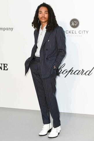 Cómo combinar: botas camperas de cuero blancas, camisa de manga larga de rayas verticales en blanco y negro, traje de rayas verticales en negro y blanco