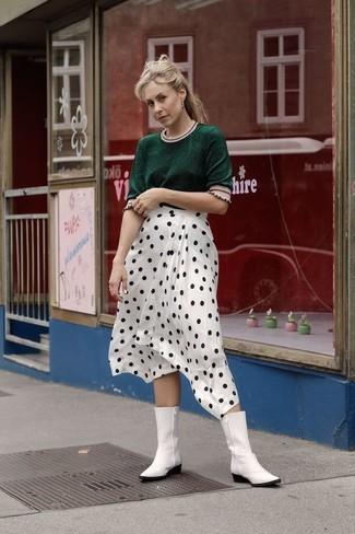 Combinar unas botas camperas de cuero blancas: Usa un jersey de manga corta verde oscuro y una falda midi a lunares en blanco y negro para conseguir una apariencia relajada pero chic. Botas camperas de cuero blancas contrastarán muy bien con el resto del conjunto.