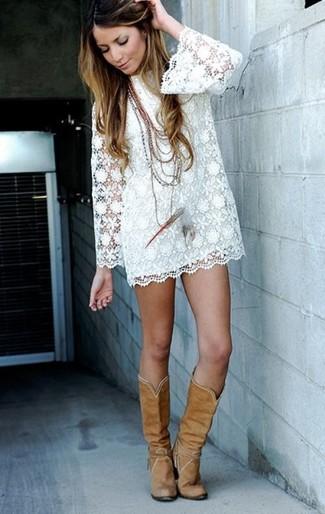 Vestido blanco y botas marrones