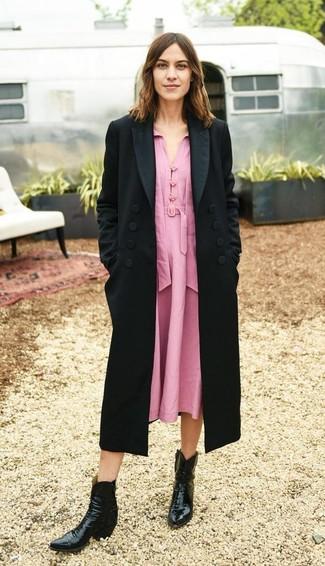 Cómo combinar: botas camperas de cuero negras, vestido midi rosado, abrigo negro
