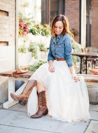 Cómo combinar: correa de cuero marrón, botas camperas de cuero marrónes, falda larga de tul blanca, camisa vaquera azul