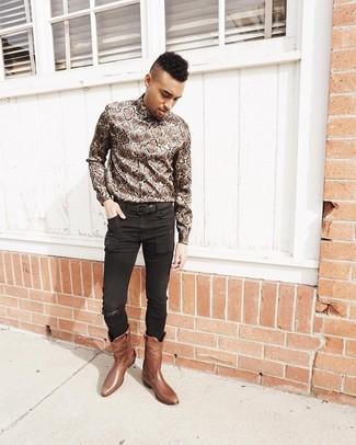 Cómo combinar: correa de cuero negra, botas camperas de cuero marrónes, vaqueros pitillo negros, camisa de manga larga con print de serpiente marrón