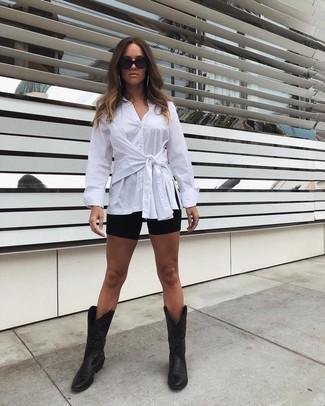Cómo combinar: gafas de sol negras, botas camperas de cuero negras, mallas ciclistas negras, camisa de vestir blanca