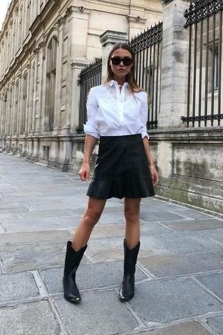Combinar unas botas camperas de cuero negras: Haz de una camisa de vestir blanca y una minifalda de cuero negra tu atuendo para cualquier sorpresa que haya en el día. ¿Quieres elegir un zapato informal? Opta por un par de botas camperas de cuero negras para el día.