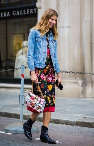 Combinar una chaqueta vaquera azul: Empareja una chaqueta vaquera azul con un vestido midi con print de flores negro y te verás como todo un bombón. ¿Quieres elegir un zapato informal? Elige un par de botas camperas de cuero negras para el día.
