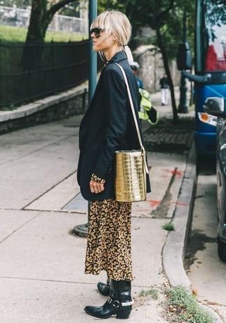 Cómo combinar: mochila con cordón de cuero dorada, botas camperas de cuero negras, vestido largo con print de flores negro, blazer negro
