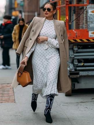 Cómo combinar: cartera de cuero en tabaco, botas camperas de ante bordadas en negro y blanco, vestido midi a lunares en blanco y negro, abrigo de pata de gallo en beige