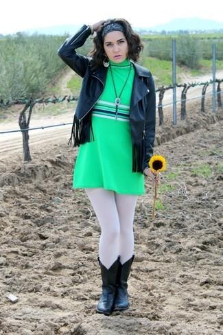 Cómo combinar: bandana negra, botas camperas de cuero negras, vestido recto verde, chaqueta motera de cuero сon flecos negra