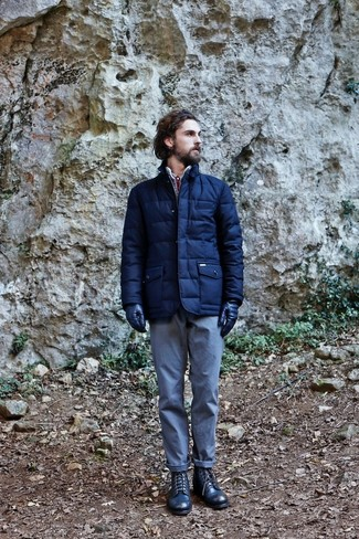 Cómo combinar: guantes de cuero azul marino, botas casual de cuero azul marino, pantalón chino celeste, plumífero azul marino
