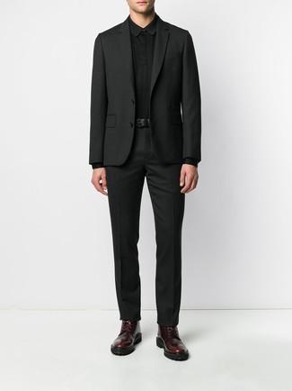 Cómo combinar: correa de cuero negra, botas casual de cuero burdeos, polo de manga larga negro, traje negro