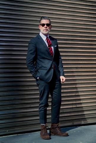 Cómo combinar: corbata de tartán roja, botas casual de cuero en marrón oscuro, camisa de vestir de rayas verticales gris, traje de lana azul marino