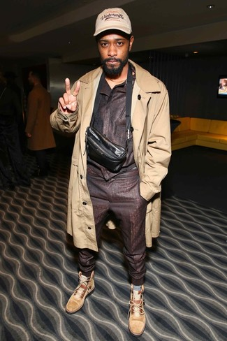 Cómo combinar: riñonera de cuero en marrón oscuro, botas casual de ante marrón claro, chándal en marrón oscuro, gabardina marrón claro