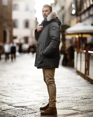 Cómo combinar: botas casual de ante en marrón oscuro, vaqueros pitillo marrón claro, parka en gris oscuro