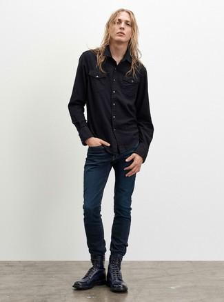 Cómo combinar: botas casual de cuero azul marino, vaqueros azul marino, camisa vaquera negra