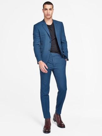 Combinar unas botas casual de cuero burdeos: Emparejar un traje a cuadros azul junto a una camiseta con cuello circular negra es una opción estupenda para un día en la oficina. Botas casual de cuero burdeos son una opción atractiva para completar este atuendo.