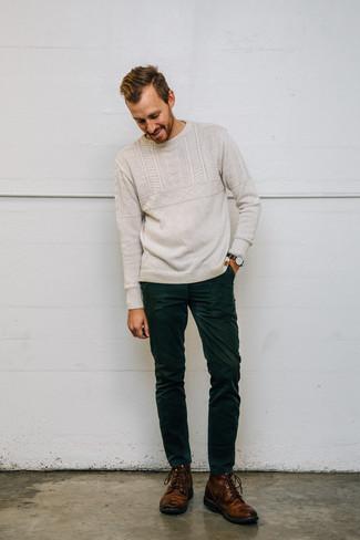 Combinar unos vaqueros de pana verde oscuro: Elige un jersey de ochos en beige y unos vaqueros de pana verde oscuro para un look diario sin parecer demasiado arreglada. ¿Te sientes valiente? Opta por un par de botas casual de cuero marrónes.