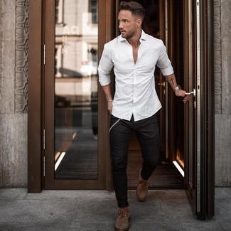 Cómo combinar: botas casual de cuero marrónes, vaqueros pitillo negros, camisa de manga larga de rayas verticales blanca
