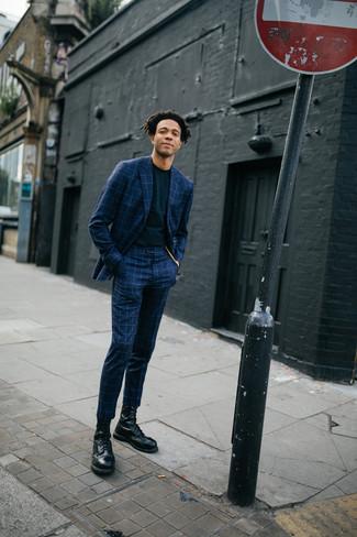 Cómo combinar: botas casual de cuero negras, camiseta con cuello circular negra, traje a cuadros azul marino