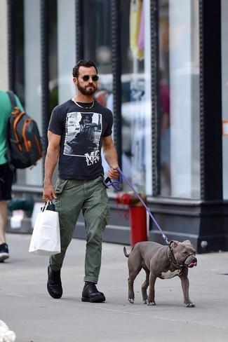 Look de Justin Theroux: Botas casual de cuero negras, Pantalón cargo verde oliva, Camiseta con cuello circular estampada en negro y blanco