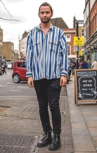Combinar una camisa de manga larga de rayas verticales en blanco y azul: Elige una camisa de manga larga de rayas verticales en blanco y azul y unos vaqueros negros para conseguir una apariencia relajada pero elegante. ¿Te sientes valiente? Opta por un par de botas casual de cuero negras.