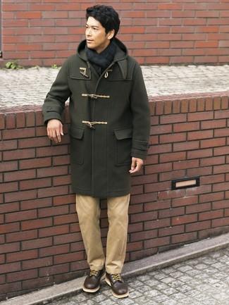 Cómo combinar: bufanda de tartán en azul marino y verde, botas casual de cuero en marrón oscuro, pantalón chino marrón claro, trenca verde oliva