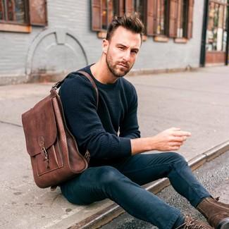 Cómo combinar: mochila de cuero marrón, botas casual de ante en marrón oscuro, vaqueros pitillo azul marino, jersey con cuello circular azul marino