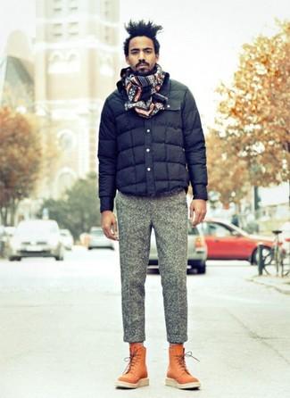 Cómo combinar: bufanda de grecas alpinos azul marino, botas casual de cuero en tabaco, pantalón de vestir de lana gris, cazadora de aviador acolchada azul marino
