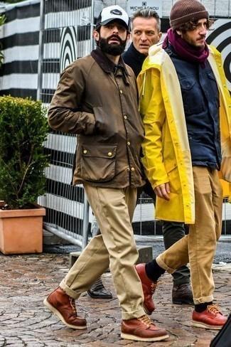 Combinar un pantalón chino marrón claro: Para crear una apariencia para un almuerzo con amigos en el fin de semana equípate una chaqueta con cuello y botones marrón con un pantalón chino marrón claro. ¿Te sientes valiente? Opta por un par de botas casual de cuero marrónes.
