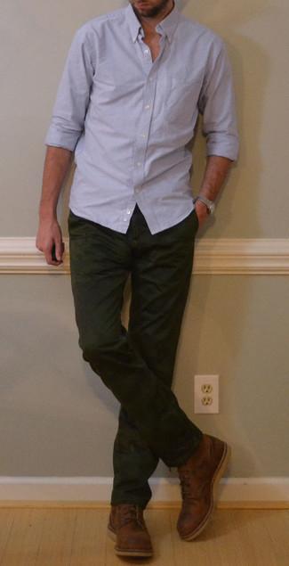 Outfits hombres: Elige una camisa de manga larga celeste y un pantalón chino verde oscuro para una vestimenta cómoda que queda muy bien junta. Usa un par de botas casual de cuero marrónes para mostrar tu inteligencia sartorial.