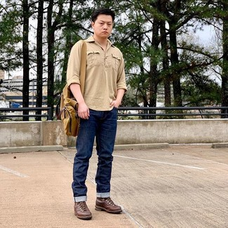 Combinar una camisa de manga larga marrón claro: Elige una camisa de manga larga marrón claro y unos vaqueros azul marino para una vestimenta cómoda que queda muy bien junta. Botas casual de cuero marrónes dan un toque chic al instante incluso al look más informal.