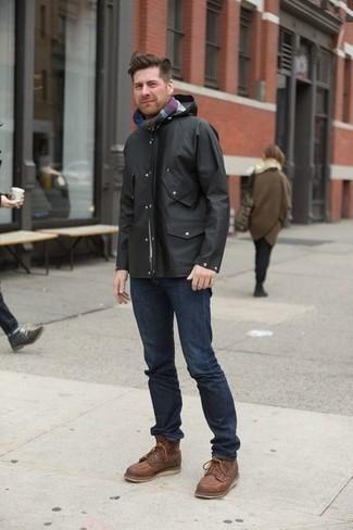 Outfits hombres en clima cálido: Intenta ponerse un chubasquero negro y unos vaqueros azul marino para cualquier sorpresa que haya en el día. ¿Te sientes valiente? Usa un par de botas casual de cuero marrónes.
