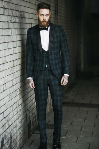 Cómo combinar: corbatín negro, botas casual de cuero negras, camisa de vestir blanca, traje de tres piezas de tartán verde oscuro