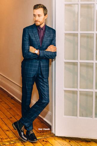 Cómo combinar: reloj de cuero negro, botas casual de cuero negras, camisa de vestir burdeos, traje de tartán azul marino