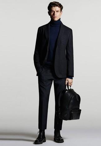 Combinar un traje azul marino: Empareja un traje azul marino con un jersey de cuello alto azul marino para una apariencia clásica y elegante. ¿Quieres elegir un zapato informal? Completa tu atuendo con botas casual de cuero negras para el día.