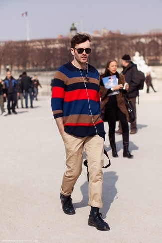 Outfits hombres: Ponte un jersey con cuello circular de rayas horizontales en multicolor y un pantalón chino marrón claro para cualquier sorpresa que haya en el día. Completa tu atuendo con botas casual de cuero negras para mostrar tu inteligencia sartorial.