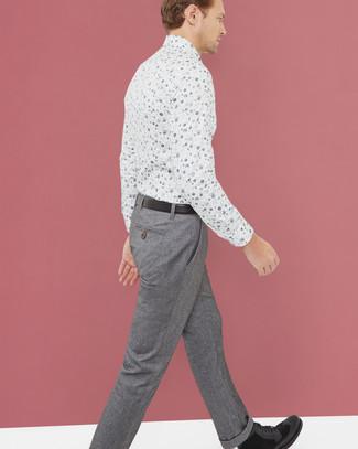 Cómo combinar: correa de cuero negra, botas casual de ante negras, pantalón de vestir de lana gris, camisa de vestir con print de flores blanca