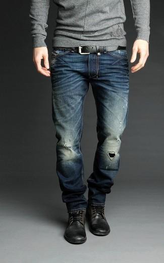 Cómo combinar: correa de cuero negra, botas casual de cuero negras, vaqueros desgastados azul marino, jersey con cuello circular gris