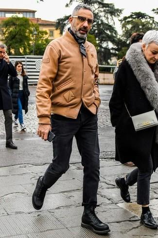 Cómo combinar: bandana en negro y blanco, botas casual de cuero negras, vaqueros pitillo negros, cazadora de aviador de cuero marrón claro