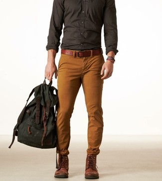 Cómo combinar: mochila de lona verde oscuro, botas casual de cuero en marrón oscuro, pantalón chino en tabaco, camisa de manga larga en gris oscuro