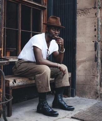 Combinar un sombrero de lana marrón: Para un atuendo tan cómodo como tu sillón intenta ponerse una camiseta con cuello circular blanca y un sombrero de lana marrón. Usa un par de botas casual de cuero negras para mostrar tu inteligencia sartorial.