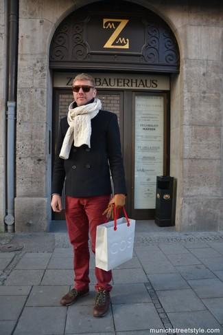 Cómo combinar: bufanda de punto en beige, botas casual de cuero marrónes, pantalón chino burdeos, chaquetón negro