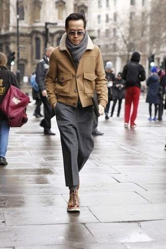 Combinar unas botas casual de cuero marrón claro: Intenta ponerse un chaquetón marrón claro y un pantalón de vestir de lana en gris oscuro para un perfil clásico y refinado. Haz este look más informal con botas casual de cuero marrón claro.