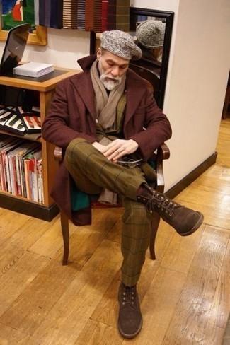 Combinar un traje a cuadros marrón: Considera ponerse un traje a cuadros marrón y un abrigo largo burdeos para rebosar clase y sofisticación. ¿Te sientes valiente? Completa tu atuendo con botas casual de ante en marrón oscuro.