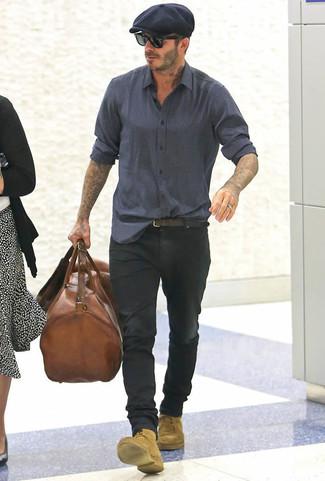 Cómo combinar: bolsa de viaje de cuero marrón, botas casual de ante marrón claro, vaqueros negros, camisa de manga larga estampada azul marino
