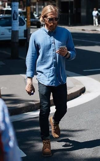 Combinar unas botas casual de cuero marrón claro: Empareja una camisa de manga larga celeste con unos vaqueros azul marino para un look diario sin parecer demasiado arreglada. Usa un par de botas casual de cuero marrón claro para mostrar tu inteligencia sartorial.