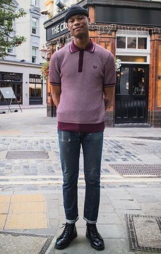 Outfits hombres en otoño 2020 estilo relajado: Una camisa polo estampada burdeos y unos vaqueros desgastados azul marino son una gran fórmula de vestimenta para tener en tu clóset. ¿Te sientes valiente? Opta por un par de botas casual de cuero negras. Este look es una opción fantastica si tu en busca de un look otoñal.