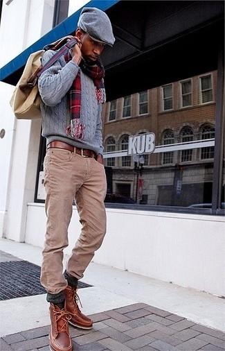 Cómo combinar: mochila de lona marrón claro, botas casual de cuero marrónes, vaqueros marrón claro, jersey de ochos gris