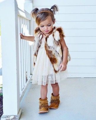 Cómo combinar: botas de ante сon flecos marrón claro, vestido de encaje blanco, chaleco de pelo blanco